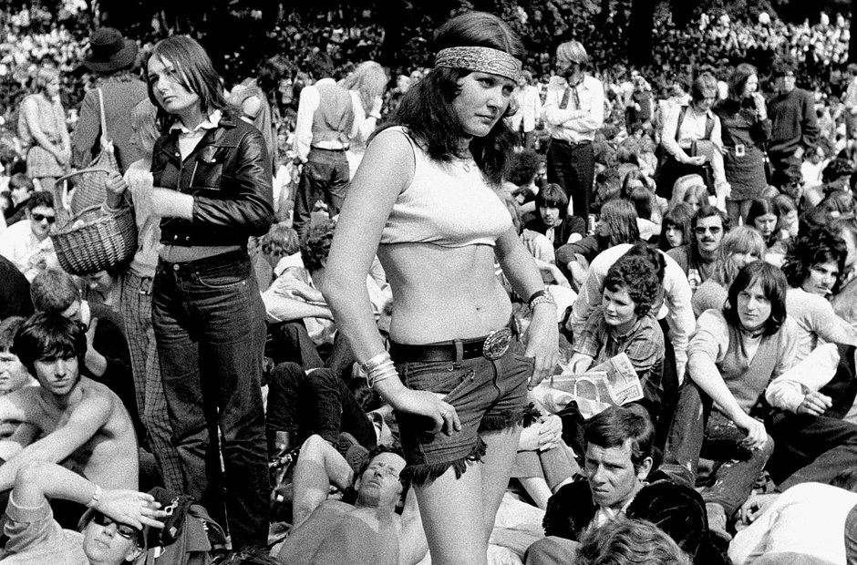 Fans watch The Rolling Stones ...