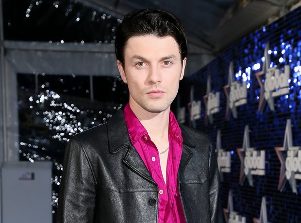 James Bay Global Awards 2018 blue carpet